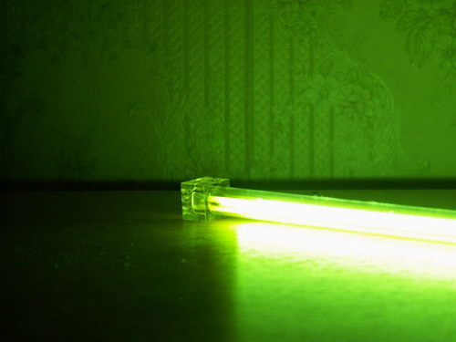 Вид сбоку на включенную лампу Akasa 12