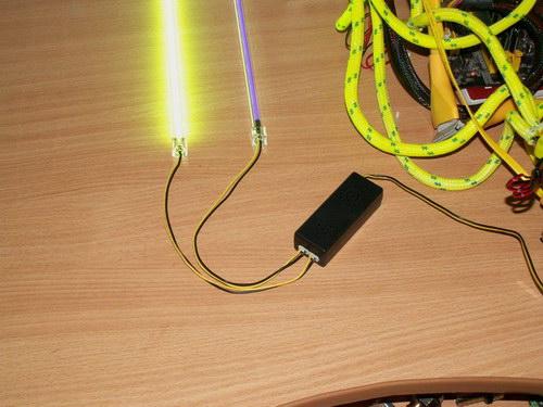 К инвертору подключены две лампы