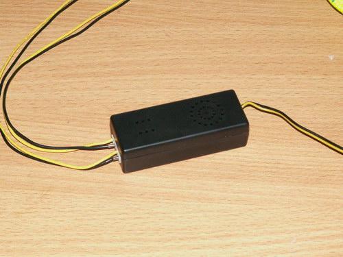 Вид вблизи на инвертор, подключенный к двум лампам