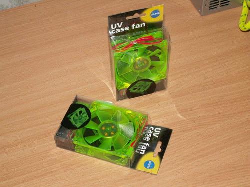 Два вентилятора Akasa UV-Reactive Green Fan в упаковках