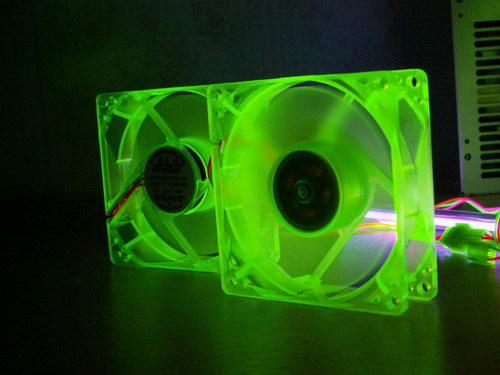 Вентиляторы Akasa UV-Reactive Green Fan под ультрафиолетовой лампой