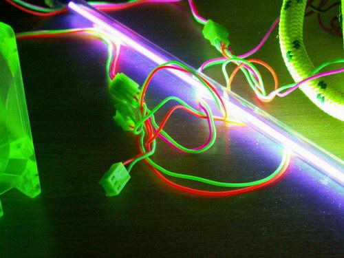 Свечение проводов вентиляторов от уф-лампы