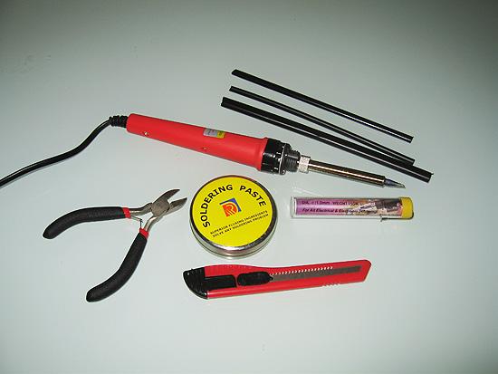 Кусачки, лезвие, термоусадочная трубка и паяльник со всем необходимым для пайки