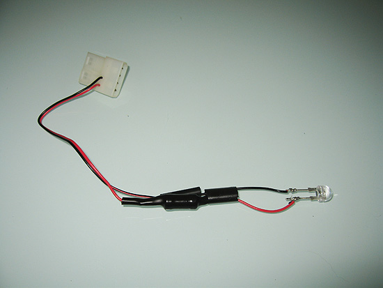 Продеваем термоусадку для изоляции соединений со светодиодом
