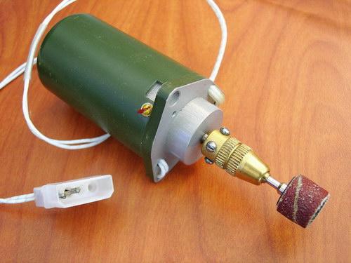 Цанговый патрон, установленный на электродвигатель