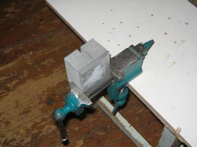 Радиатор, зажатый в тисках