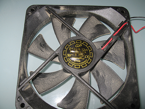 Вентилятор Yate Loon D12SH-12, который был установлен в БП
