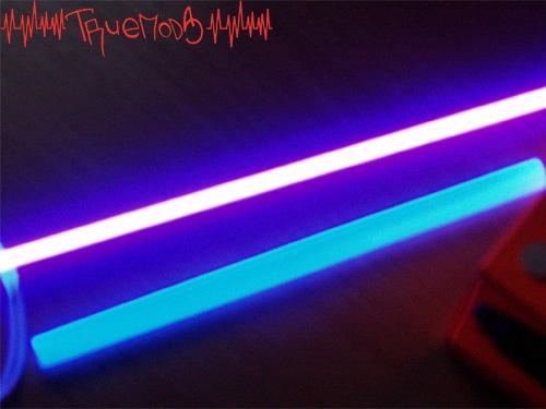 Свечение полиэстерола от ультрафиолетовой лампы