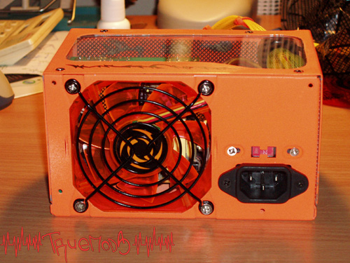 В БП установлен вентилятор оранжевого цвета