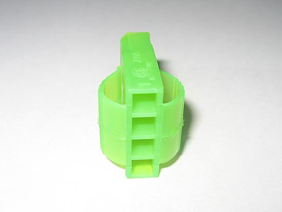 Вид сзади на молекс разъем зеленого цвета