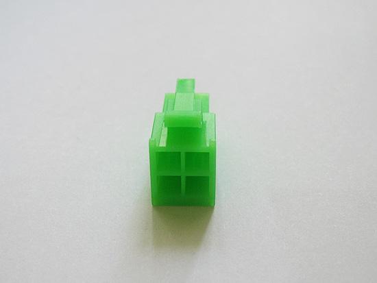 Вид сзади на разъем P4-12V 4-pin зеленго цвета