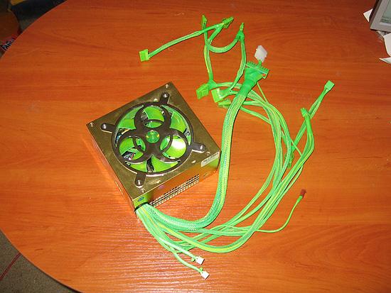 Собранный блок питания с установленными оплеткой и коннекторами