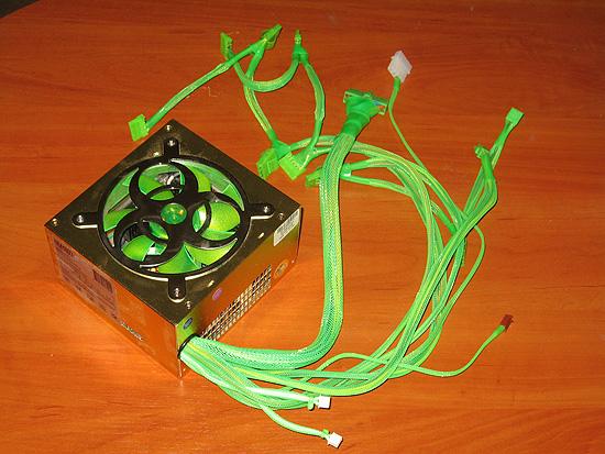 Вид под углом на БП после установки оплетки и коннекторов зеленого цвета