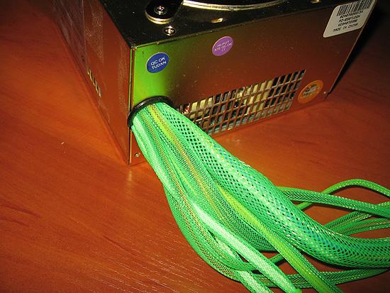 Выход кабелей в оплетке из блока питания