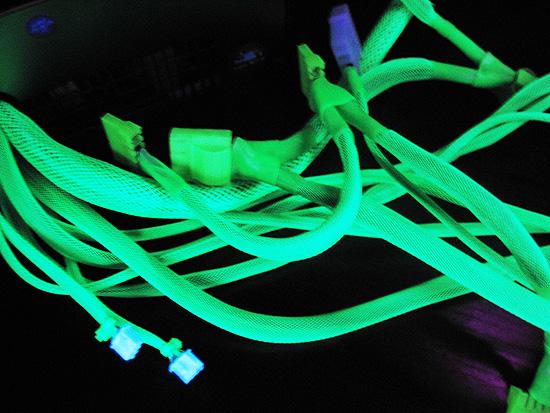Свечение оплетки и коннекторов в ультрафиолете