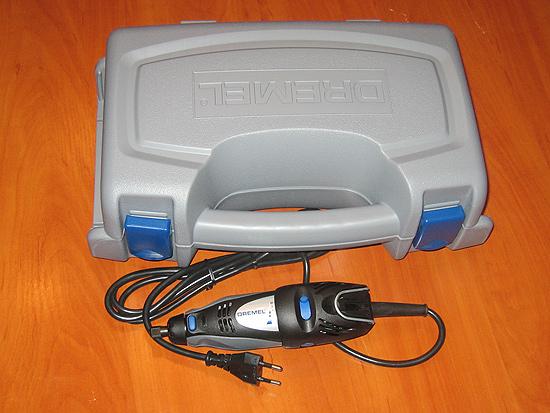 Инструмент DREMEL 300 Series (300-25) на фоне своего кейса