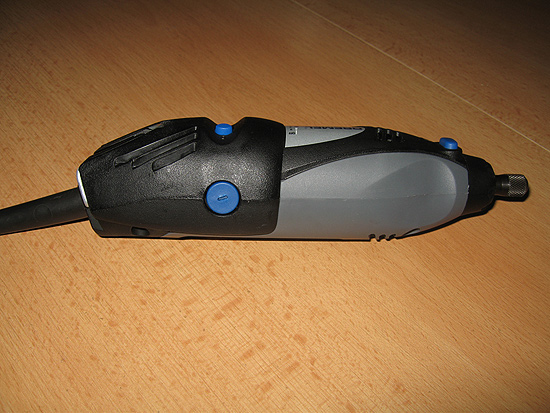 Сервисное отверстие, закрытое заглушкой синего цвета