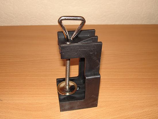 Струбцина, предназначенная для крепления штатива