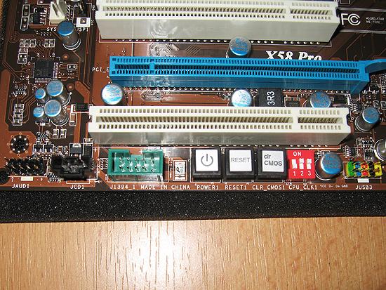 Удобное расположение кнопок включения/перезагрузки компьютера и сброса настроек BIOS