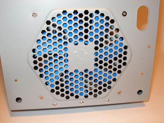 «Сотовая» решетка, закрывающая передний вентилятор