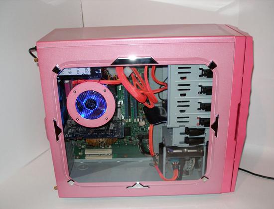 Вид сбоку на включенный компьютер в корпусе Raidmax Aura