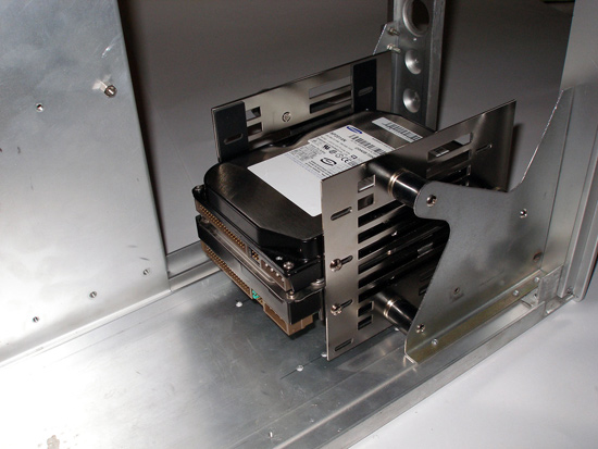 В задней части жесткие диски немного выступают из виброизоляционной корзины
