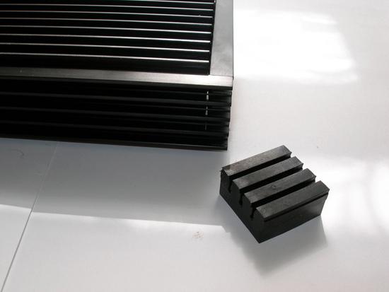 Резиновый крепежный элемент с выемками для боковых ребер