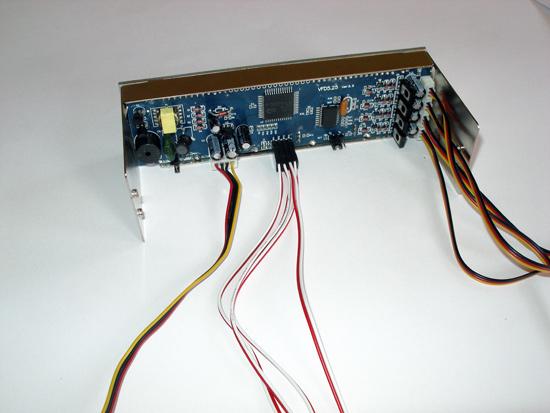 Панель Scythe Kaze Master 5.25 с подключенными кабелями