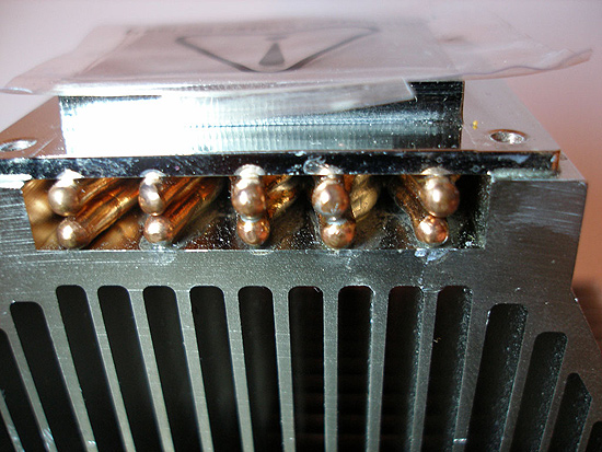 Контакт тепловых трубок с основанием кулера и радиатором