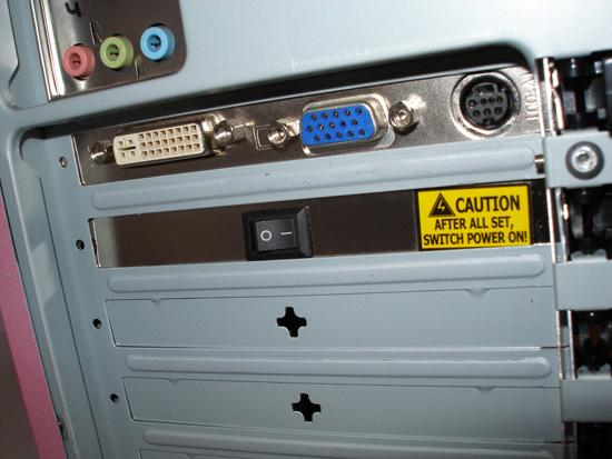 Заглушка с переключателем, установленная в корпусе