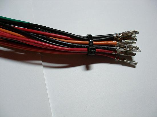 Фиксируем пучек проводов при помощи стяжки