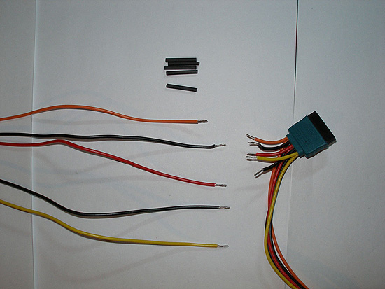 Отрезаем провода недалеко от разъема
