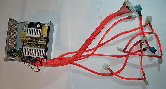 Блок питания с кабелями в цветной оплетке