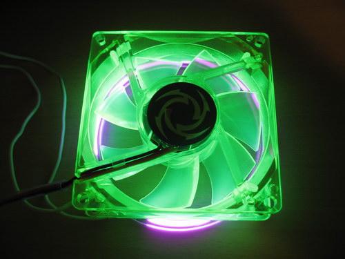 Вентилятор со включенной подсветкой, вид сзади