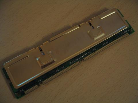 Модуль памяти приложен к половинке радиатора