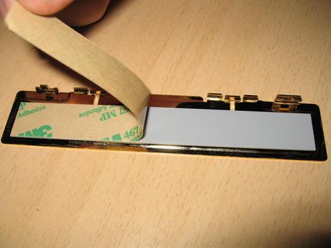 Удаление защитного слоя с термонаклеек