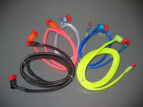 Общий вид скрученных кабелей Revoltec SATA Cable UV Color 90°