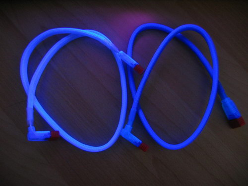 Серебристый и синий кабели