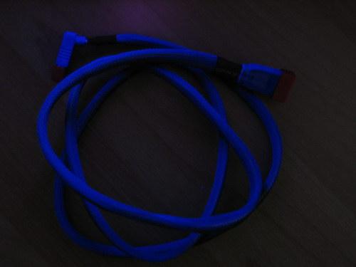 Черный кабель (на самом деле он выглядит немного светлее)