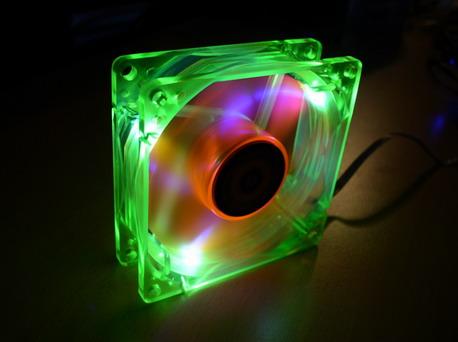 Вентилятор Revoltec UV LED Fan с темноте
