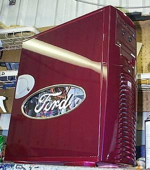 Корпус с окном, стилизованным под логотип компании Ford