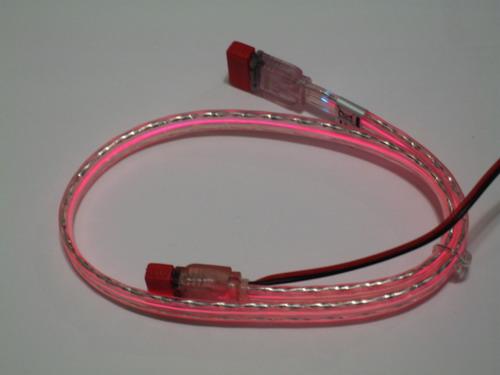 Красный кабель со включенной подсветкой при обычном освещении