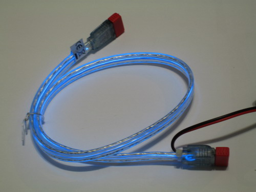 Синий кабель со включенной подсветкой при обычном освещении