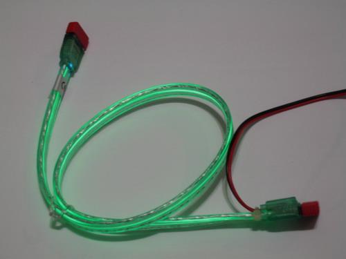 Зеленый кабель со включенной подсветкой при обычном освещении