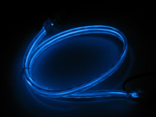 Синий кабель со включенной подсветкой в темноте