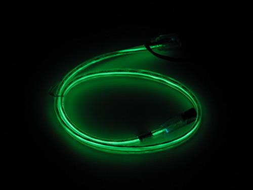 Зеленый кабель со включенной подсветкой в темноте