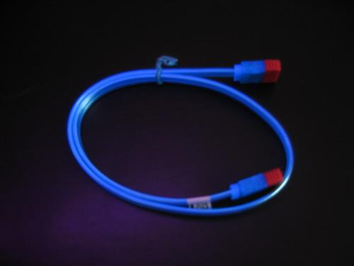 Синий кабель под лучами ультрафиолета
