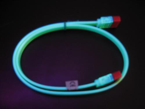Зеленый кабель в лучах ультрафиолета