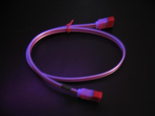 Красный кабель в ультрафиолете