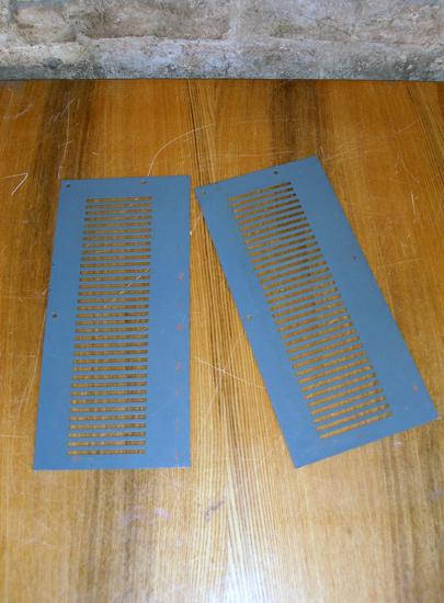 Две боковые панели с вентиляционными прорезями